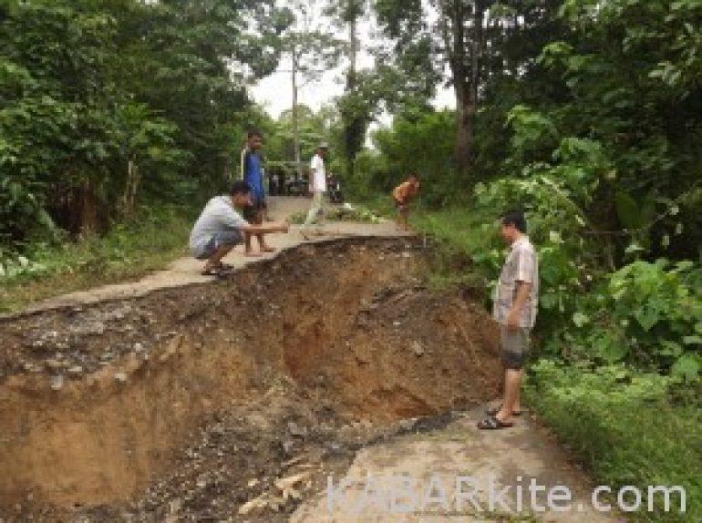 Jalan Amblas, Ribuan Warga 4 Lawang Terisolir