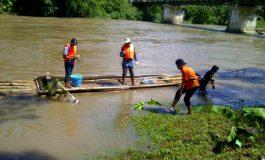 Cek Tingkat Pencemaran, BLHD Ambil Sampel Air Sungai